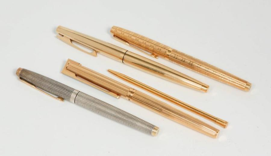 Un lot de stylos composé de deux stylos Parker, un Sheaffer, un Waterman plume or…