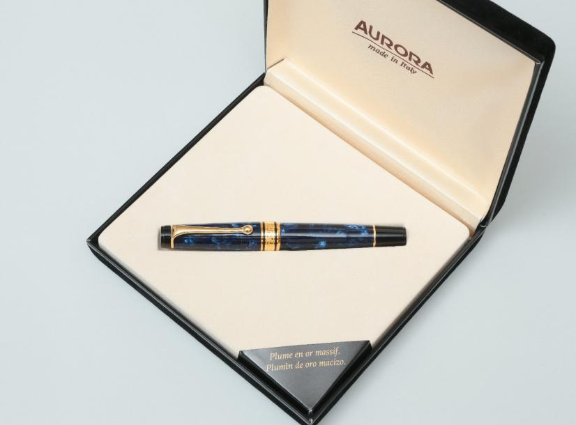 AURORA  Stylo plume de la collection Optima, auroloïde bleu marbré, attributs plaqués…