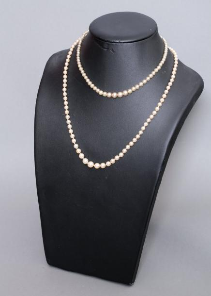 Collier de perles de culture en chute, fermoir en or gris 18k (750) orné de diamants…