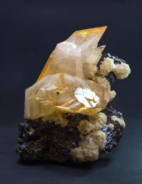 Belle CALCITE d'Elmwood, Tennessee, USA (25 x 20 x 15 cm) avec socle : scalénoèdres…