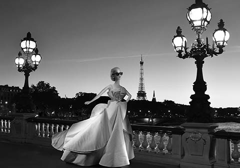 PHOTOGRAPHIE. TREHET Michel, Barbie Collector Grace Kelly, robe Dior, sur le Pont…