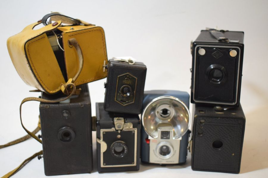 BOX, ensemble de sept appareils divers : Box Kodak n°2 Brownie, Scout Box Rapide…