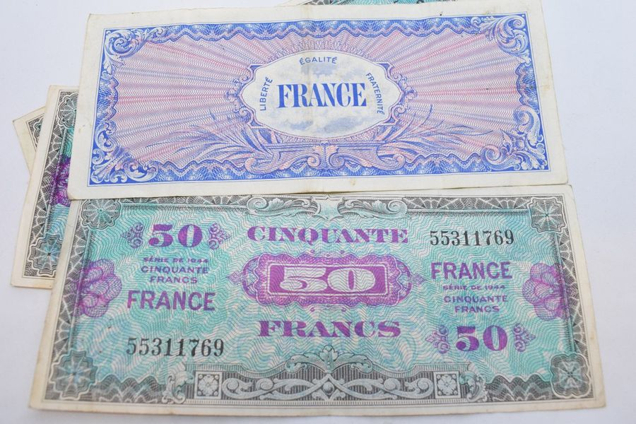 "Ensemble de quatre billets de banque de 50 francs "" France "" ; série de 1944 (ém…"