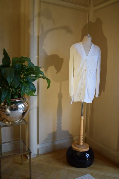 HERMES Paris Made in Italy  Twin set en maille rayonne blanc, composé d'un cardigan…