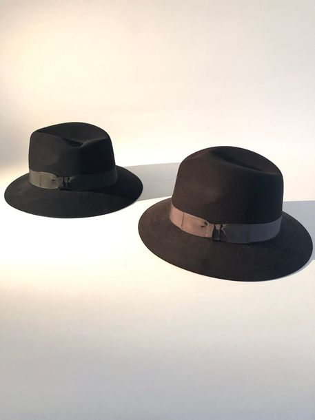 Indiana JONES Authentic Hat  Lot de deux chapeaux Fedora en feutre rasé gansé de…