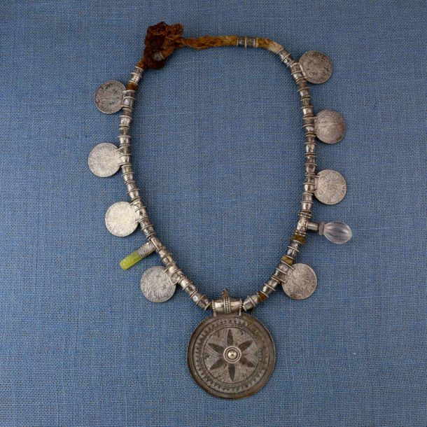 Oman, silver necklace, 'Samt Mukahhal', with silver beads, eight Maria Theresia …