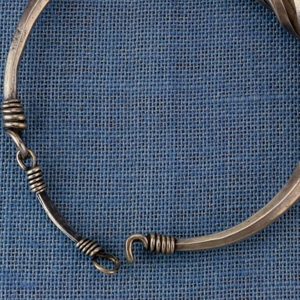 China, Miao, silver spiral neckring , with engraved flower, diam. 16 cm and 420 …