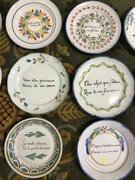 Collection de quinze assiettes à message en faience ancienne.  Fêles, accidents