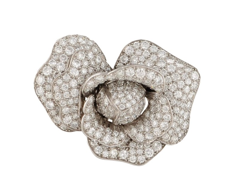 BROCHE en or gris et platine stylisant un bouton de rose entierement serti de diamants…