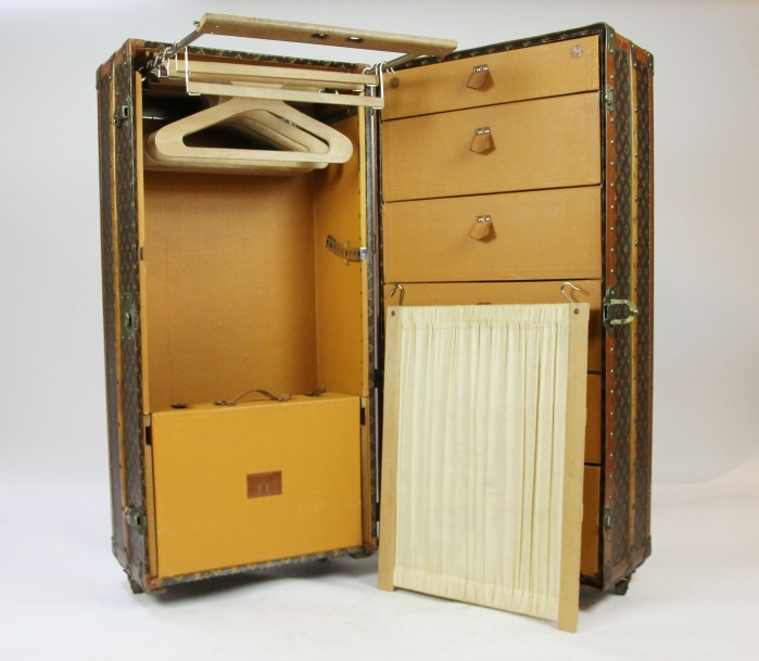 LOUIS VUITTON LOUIS VUITTON    MALLE cabine WARDROBE en bois et toile Monogram. Bordures…