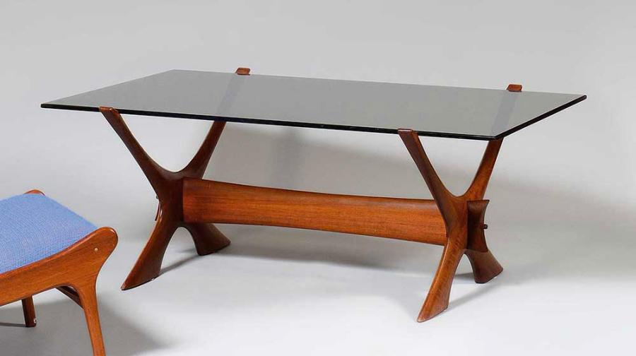 ICO PARISI (1916-1996) Table basse, piètements latéraux en bois naturel fuselé formant…