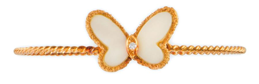 VAN CLEEF AND ARPELS BRACELET JONC en or jaune retenant en son centre un papillon…