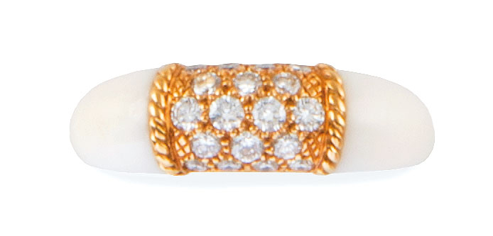 "VAN CLEEF AND ARPELS BAGUE en or jaune et corail blanc modèle ""Philippine"" retenant…"