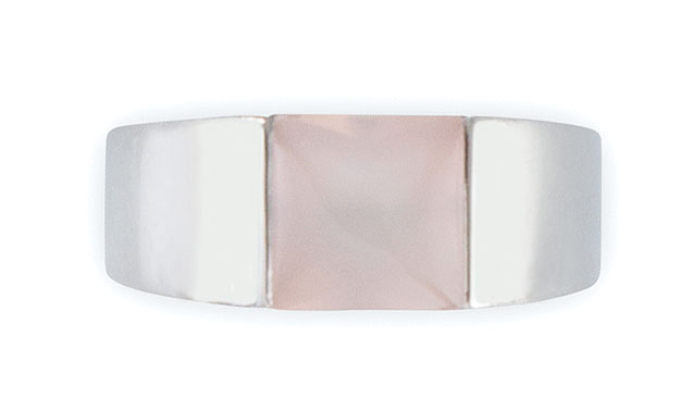 CARTIER BAGUE en or blanc, modèle Tank, retenant en son centre un quartz rose de…