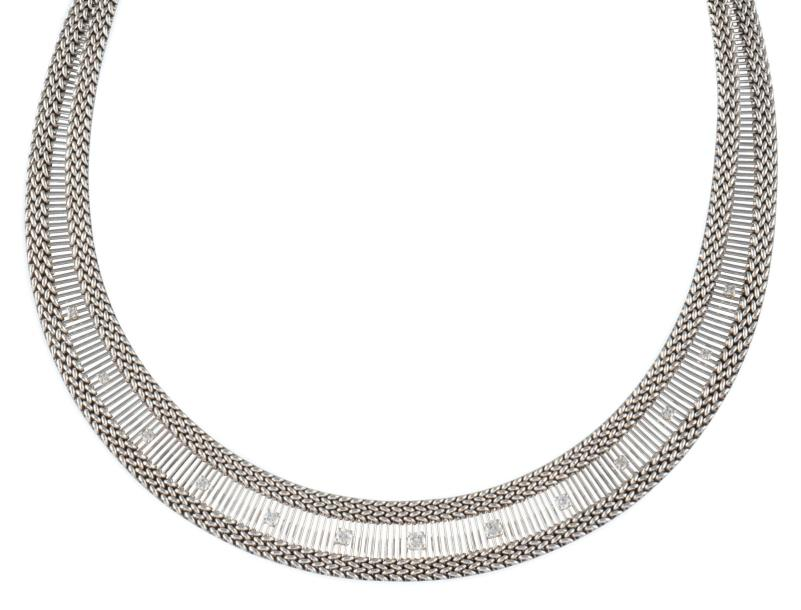 COLLIER DRAPERIE en or gris, au motif baguette serti d'une succession de diamants…