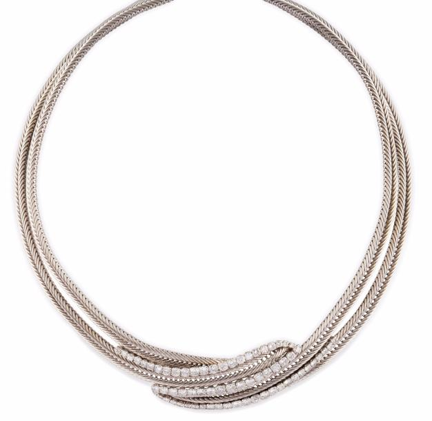 IMPORTANT COLLIER la monture en or gris et platine semi rigide composée d'une succession…