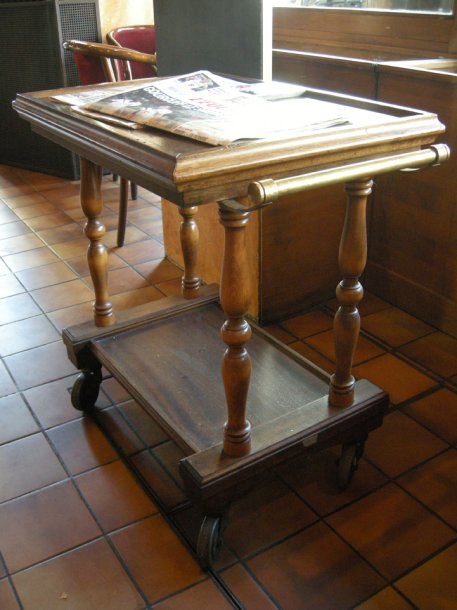 Table desserte roulante en bois tourn - Table roulante bois ...