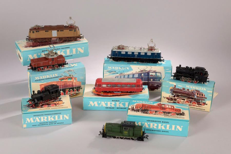 MÄRKLIN. Ensemble de locomotives et éléments de trains miniatures (écartement HO)…