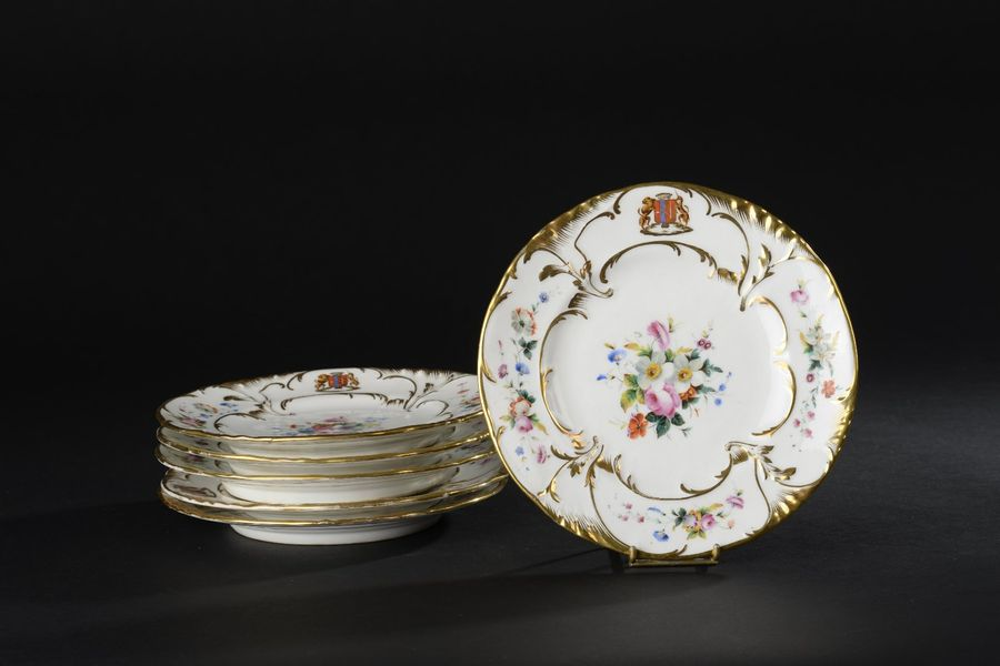 PARIS. Suite de six assiettes à dessert à bords chantournés en porcelaine blanche…