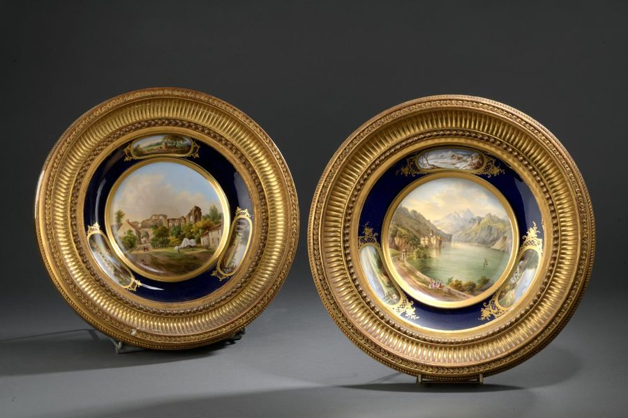 Paris, Manufacture RIHOUËT. Paire d'assiettes à bords contours en porcelaine polychrome…