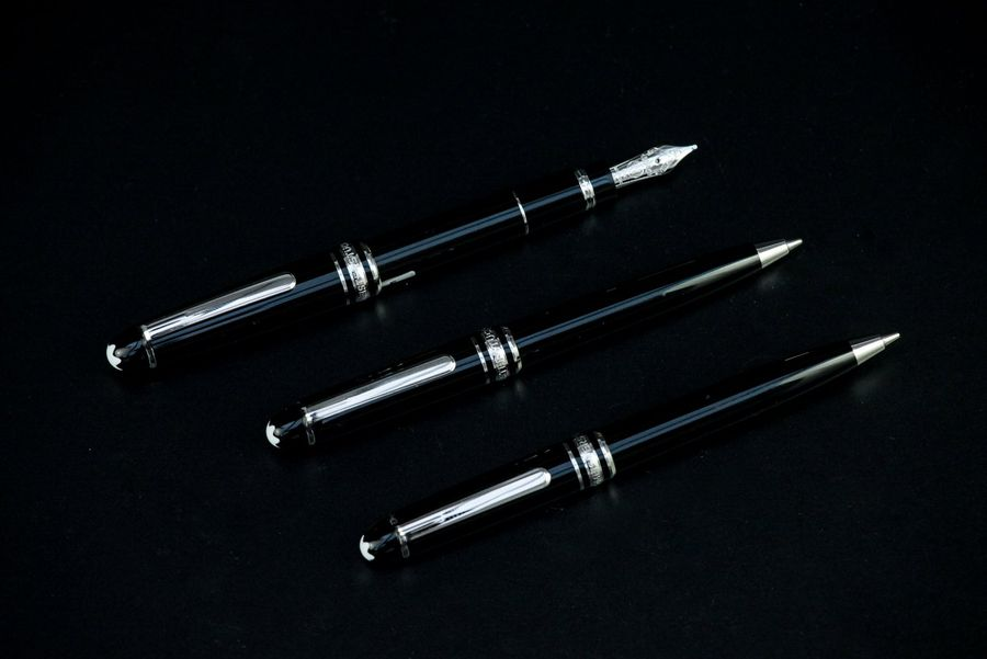 MONTBLANC Ensemble comprenant un mini stylo plume, un mini porte-mine et un mini…