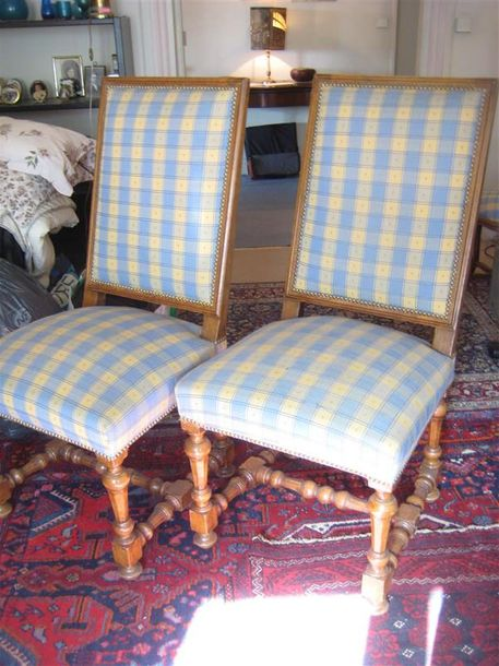 Paire de chaises en noyer mouluré Style Louis XIII On joint un tabouret