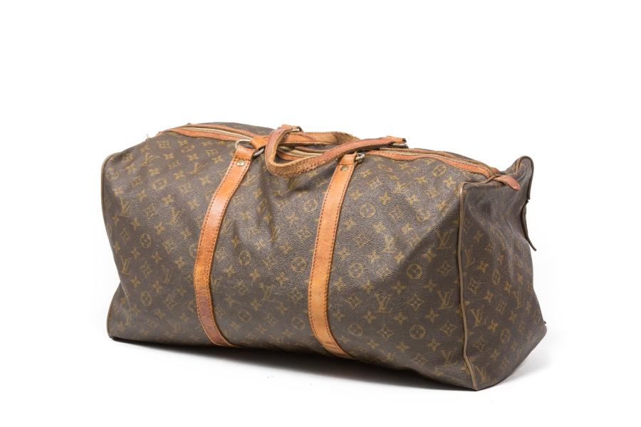 Louis VUITTON Keepall en toile monogram et cuir. (Accidents et usures).
