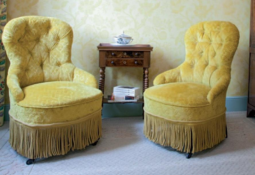 paire de fauteuils crapaud garnis de velour jaune epoque napol on iii. Black Bedroom Furniture Sets. Home Design Ideas
