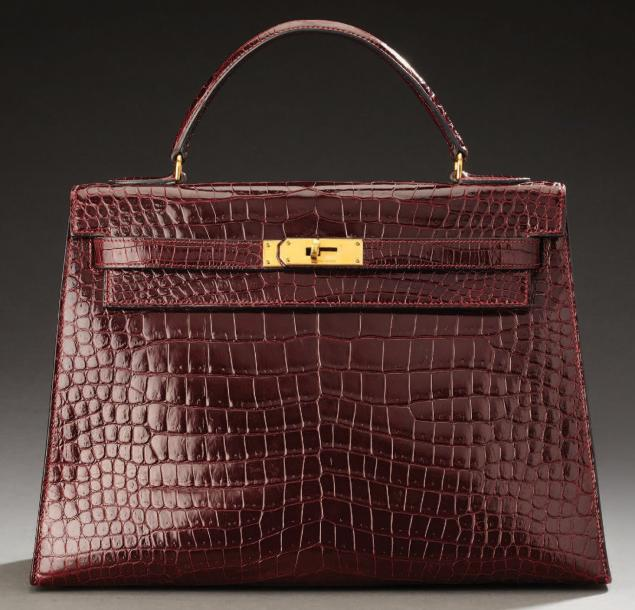 "HERMES Sac ""Kelly"" en crocodile prune, fermoir plaqué or siglé Hermes Paris, poche…"