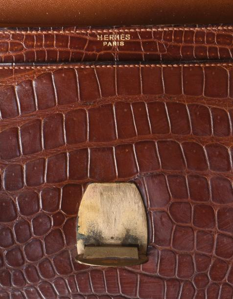 HERMES, Paris  Sac en crocodile marron à surpiqures beiges, fermoirs étrier en metal…
