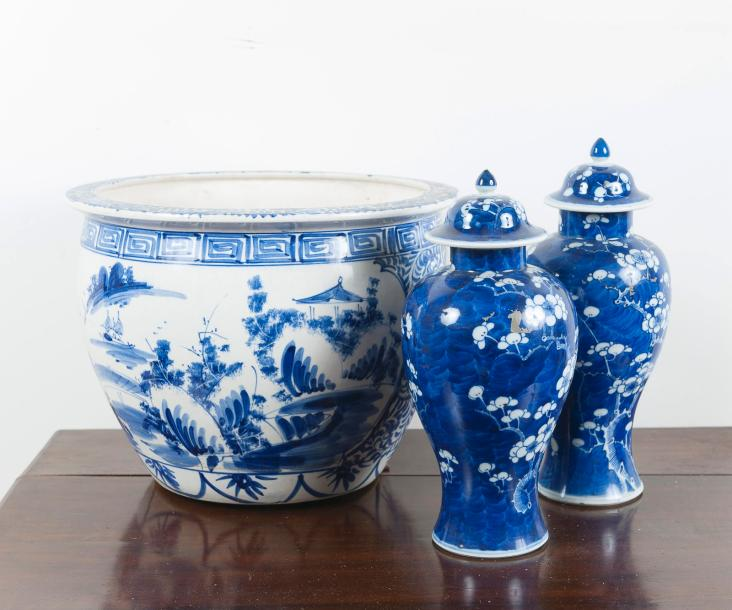 CHINE, lot comprenant :  Un grand cache-pot en ancienne porcelaine à décor de paysage…