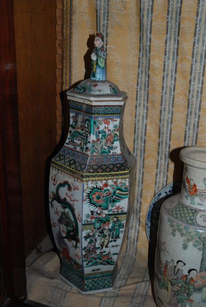 Vase couvert à pans coupés en porcelaine. Chine. (Accident)