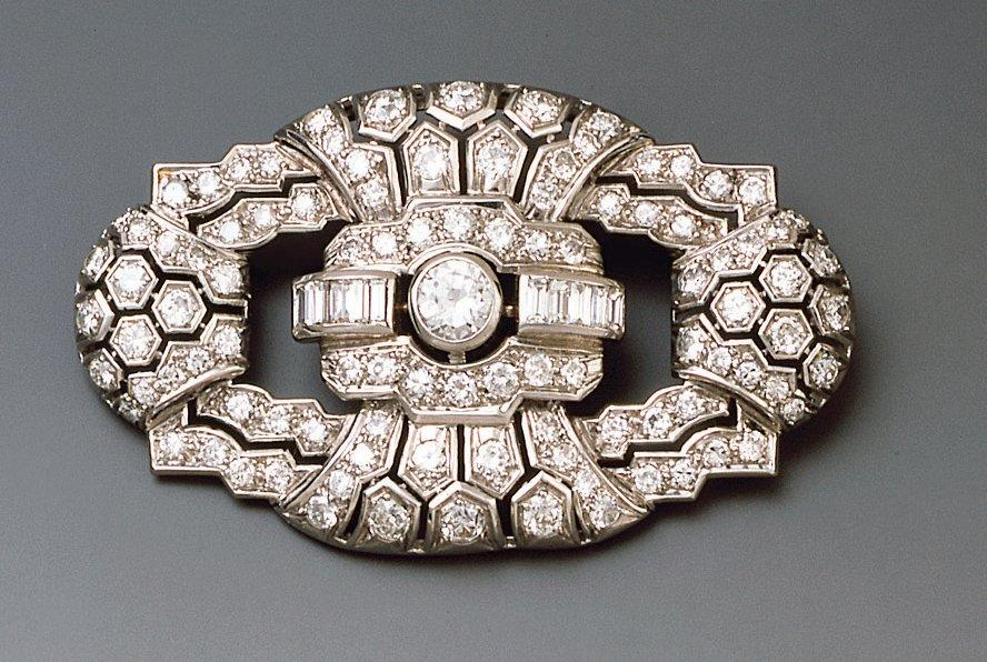 Broche ovale en platine et or gris ajouré, sertie de diamants baguettes et diamants…