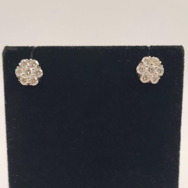 •Paire de CLOUS d'OREILLES «fleurettes» en or gris (750‰) serti de sept diamants…