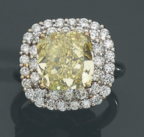 Importante BAGUE en or gris (750 millièmes) serti d'un diamant FANCY YELLOW, pesant…