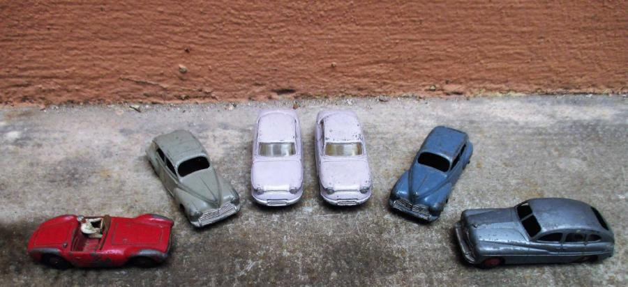 DINKY TOYS Ensemble de six voitures comprenant : - 2 Panhard PL17 N°547. - Ford…