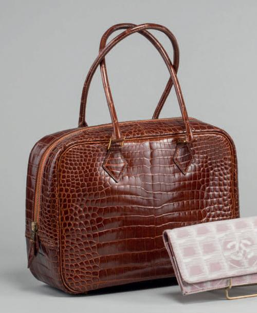 HERMÈS PARIS Made in France SAC «plume» en crocodile cognac, fermeture éclair, double…