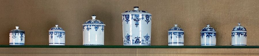 Sept pots à pommade en porcelaine de Saint-Cloud, Mennecy et Paris, à décor en camaïeu…