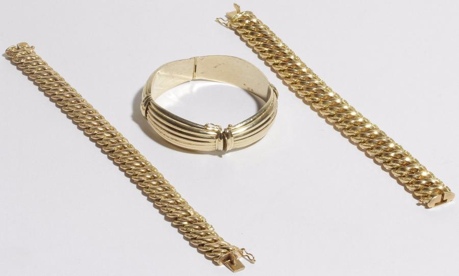 Lot de 2 bracelets en or 18K (750), mailles gourmette. Poids : 75 g. On joint un…