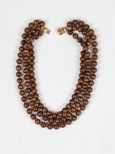 Lot de bijoux comprenant : un collier de billes de bois, un collier de billes de…