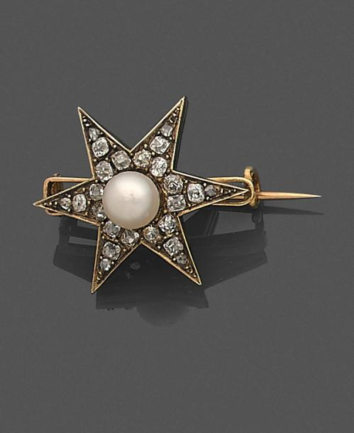 Broche en or 18K (750 ‰) formant une étoile à 6 branches, sertie de diamants taillés…